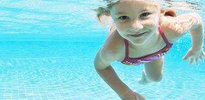 Little_girl_swimming