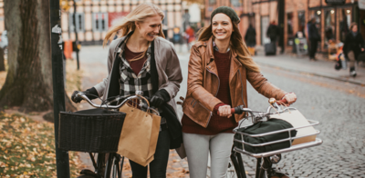 Girls_with_bikes_during_fall